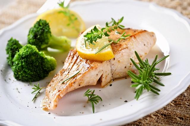 Trennkost Rezepte wie Lachsfilet mit frischem Gemüse